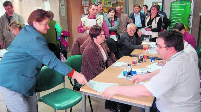 Wczoraj przed południem, w tarnowskim biurze ARiMR, w kolejce z wnioskami o dopłaty stało kilkudziesięciu rolników