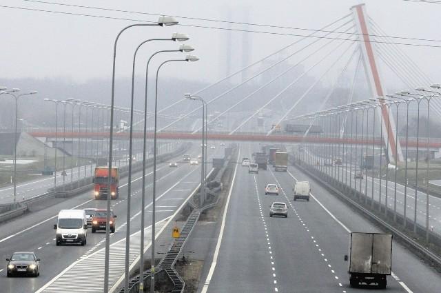 Węzeł SośnicaNajwiększe skrzyżowanie autostrad w Polsce otwarto w połowie grudnia 2009. Krzyżują się tu A4, A1 i DK44. Same zjazdy i wjazdy mają 33  km! Fragment  A1 Sośnica-Maciejów będzie miał po 3 pasy ruchu. Miał być gotowy na początku lata. Plany pokrzyżowała jednak ubiegłoroczna powódź.