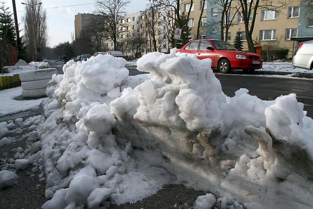 Mieszkańcy czekają, aż ktoś się w końcu zajmie śniegiem