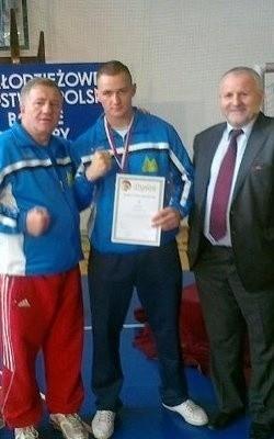 Bartłomiej Krasuski z trenerem Andrzejem Głąbem (z lewej) i prezesem LOZB - Piotrem Osiakiem