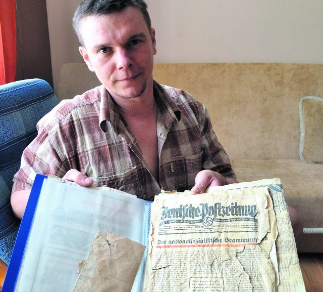 Krystian Sadowski ze znalezionymi gazetami