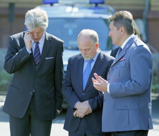 Ok, panowie - ustalmy, co mówimy... Od lewej: prezydent Poznania Ryszard Grobelny, wojewoda wielkopolski Piotr Florek i komendant wojewódzkiego policji Krzysztof Jarosz.