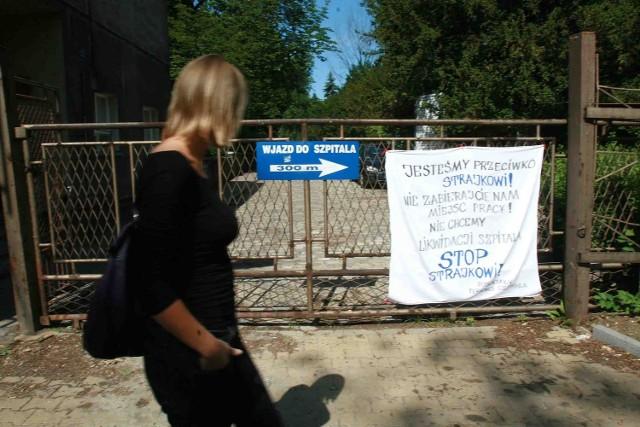 Transparent potępiający protest zawisł na bramie