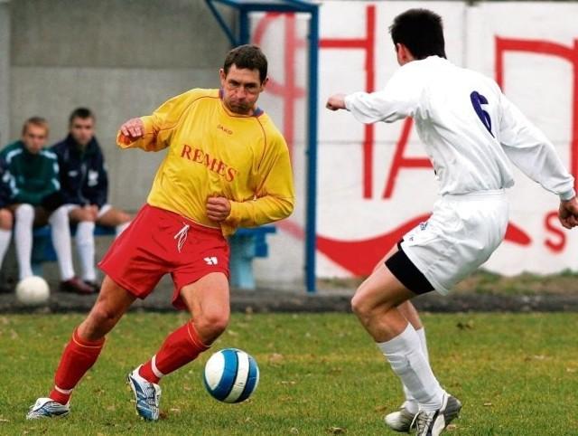Sławomir Suchomski (z lewej) jeszcze dwa lata temu grał w piłkę w III lidze w Opalenicy