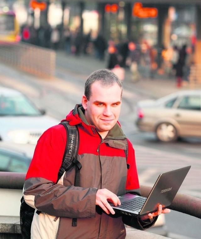 Wrocławianie bardzo chętnie korzystają z darmowego internetu. Na zdjęciu Zbigniew Forjasz, student
