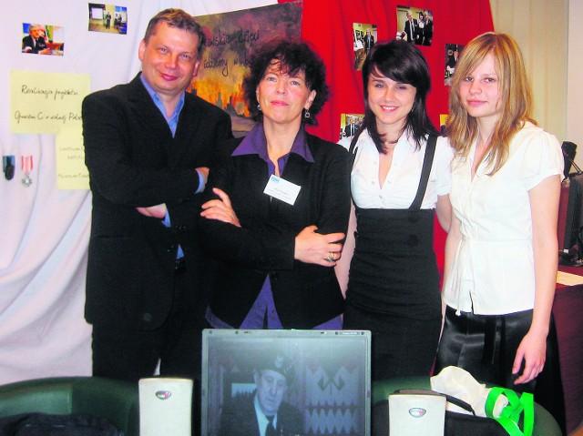 Licealistki ze swoim opiekunem Henrykiem Odrozkiem i Alicją Pacewicz z Centrum Edukacji Obywatelskiej
