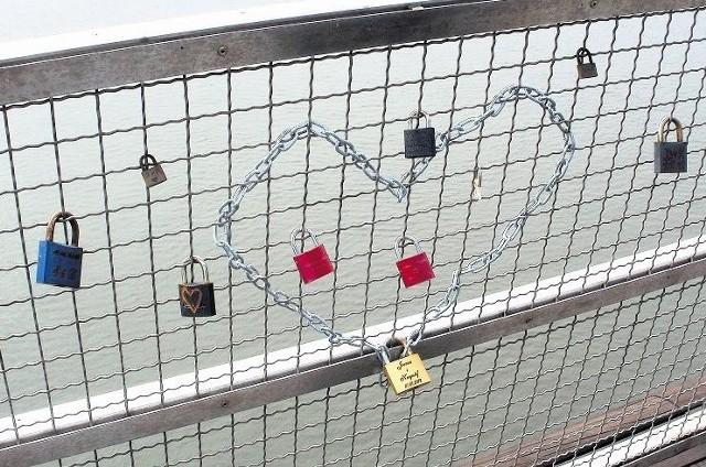 Zakochani na mostach przypinają kłódki na znak miłości