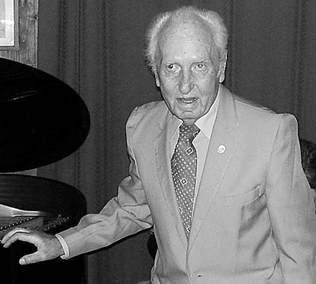 """Doktor Wincenty Galica podczas swoich 90. urodzin w willi """"Atma"""""""