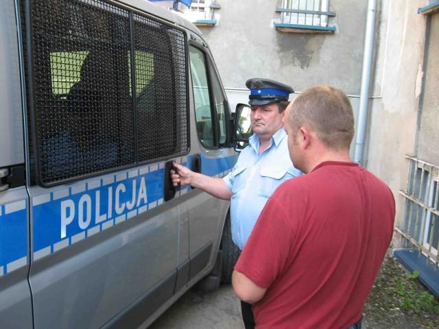 Policjanci przewieźli zatrzymanych mężczyzn do prokuratury