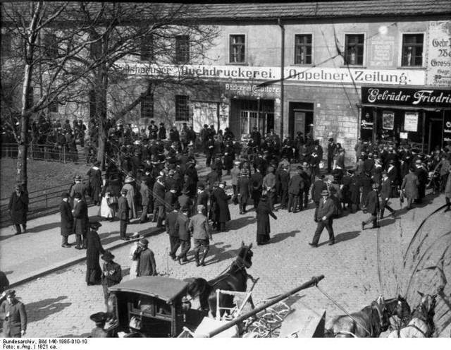 Mieszkańcy Opola czekają na wyniki plebiscytu w 1921 roku