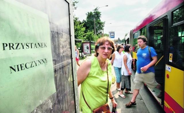 Zdezorientowani pasażerowie na ul. Curie-Skłodowskiej patrzą, w jaki sposób można dotrzeć do celu