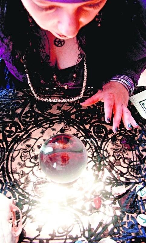 W szklanej kuli i kartach ludzie szukają tego, czego dziś im brak: nadziei
