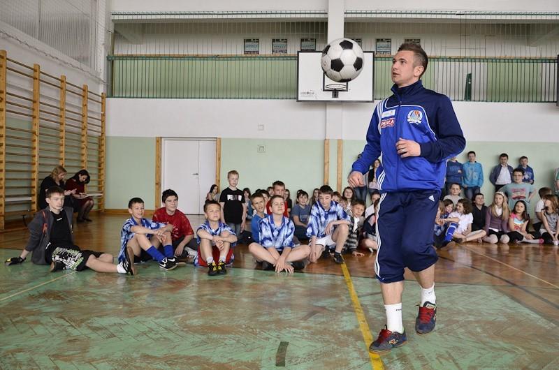 Piłkarze Motoru Lublin z wizytą w Szkole Podstawowej nr 46 na Czubach