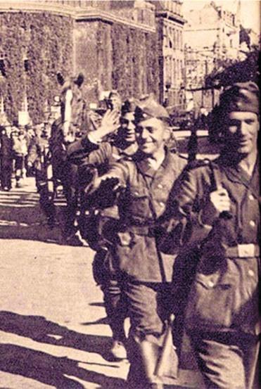 4 września 1939 r. w Katowicach - jedni Ślązacy witają wojska niemieckie, inni są gnani ul. 3 Maja