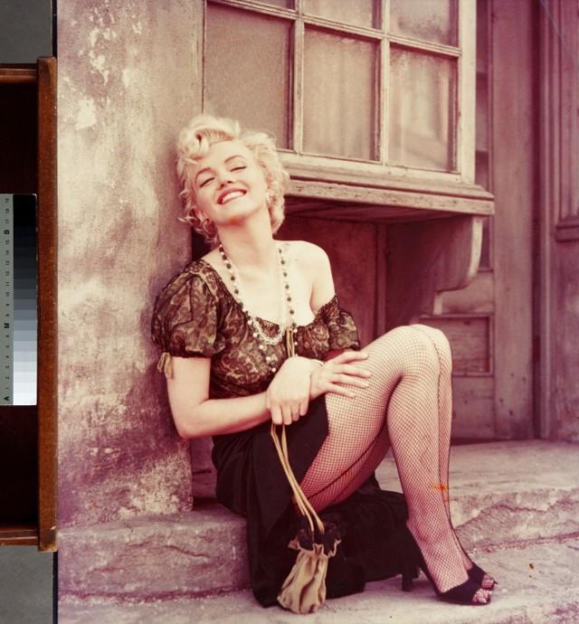 """Marilyn Monroe (""""ulicznica"""", sesja z MM wystylizowaną na ulicznicę powstała wśród dekoracji wytwórni 20-th Century Fox z kwietnia 1956 r.)"""