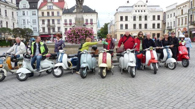 Zlot miłośników włoskich skuterów. Pojazdy, choć wiekowe świetnie radzą sobie nawet na polskich drogach