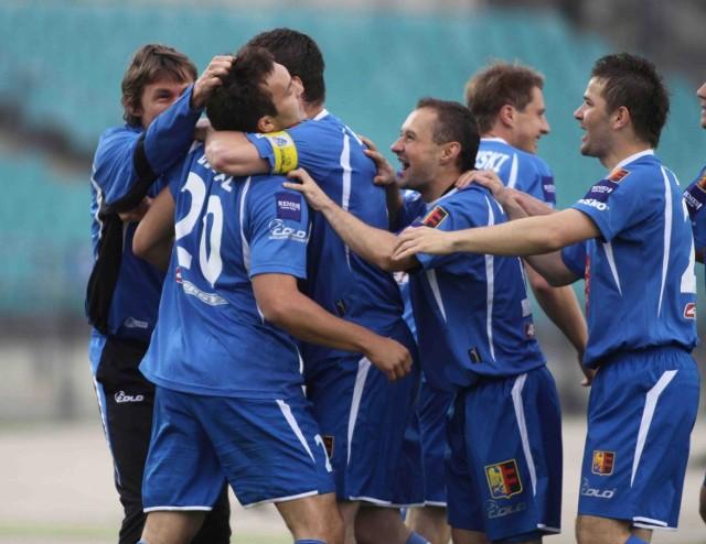 Pavol Balaz (nr 20) już w drugiej minucie strzelił gola dla Ruchu, tonąc w ramionach kolegów