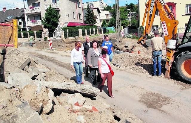 Przez szlaban na ul. Białowieskiej dojeżdżamy do domu takimi wertepami - żalą się mieszkańcy części Obłuża.