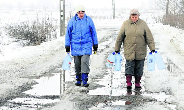Mieszkańcy Spacerowej noszą wodę w butlach, bo bieżącej nie mają