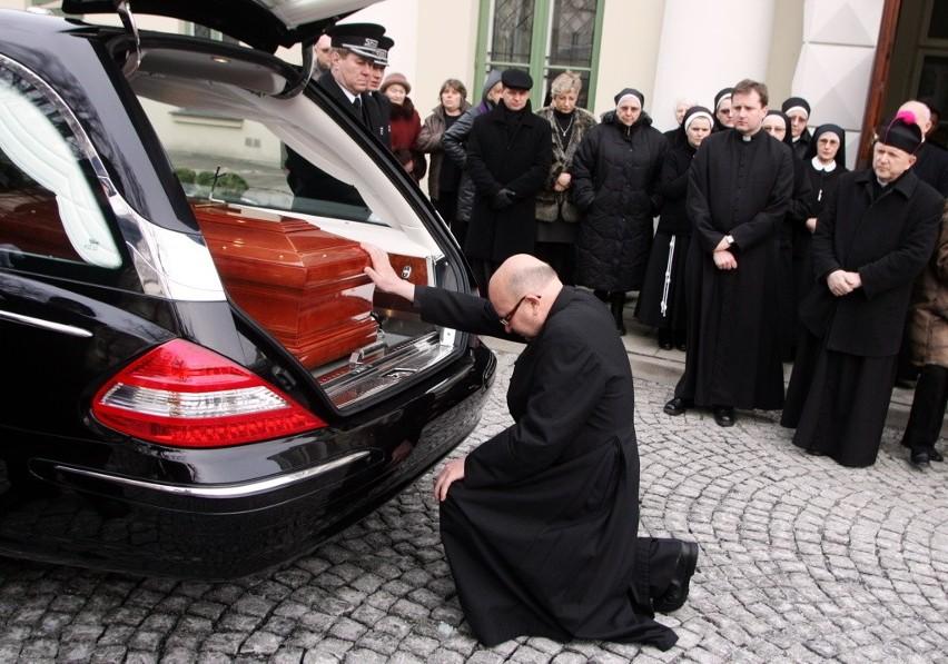 17.02.2011 Pierwszy dzień uroczystości pogrzebowych abpa Życińskiego. Trumna z ciałem zmarłego abpa została przewieziona z lubelskiego seminarium do kurii, a następnie na KUL N/z Ks. profesor Wojciech Życiński, brat zmarłego abpa