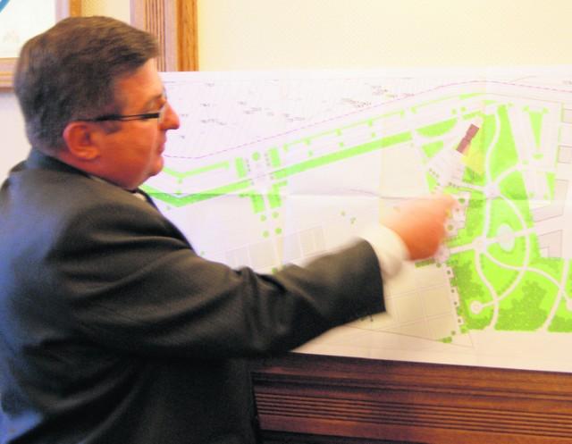 Burmistrz Marek Fryźlewicz pokazuje plan nowego cmentarza, który powstanie w 2013 r.