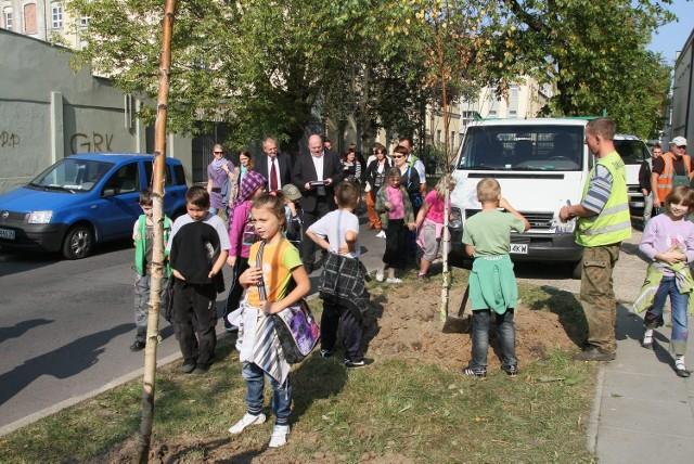 Uczniowie sadzili drzewa