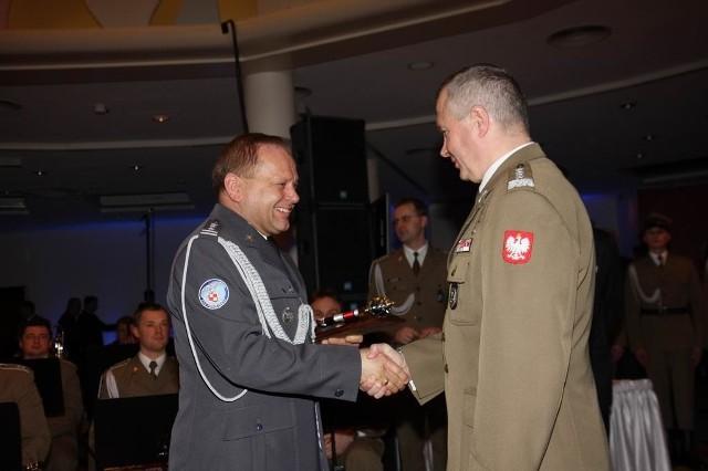 Płk Zbigniew Piątek (z lewej) odbiera gratulacje od gen. Franciszka Gągora szefa Sztabu Generalnego WP