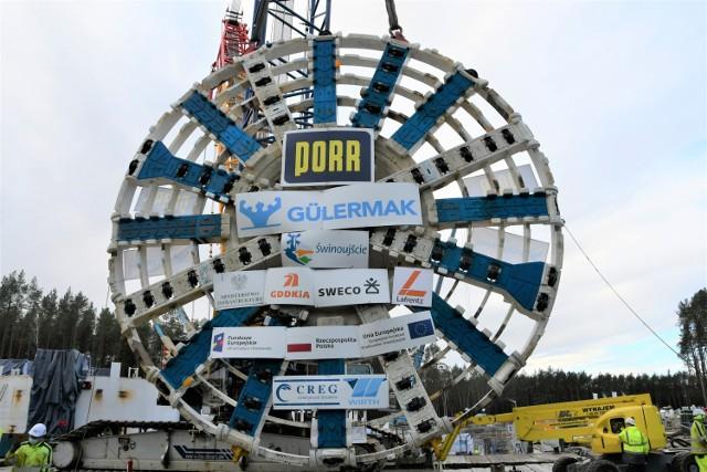 Ogromne dźwigi opuściły głowicę urabiającą do komory startowej, gdzie maszyna TBM rozpocznie drążenie tunelu pod Świną.