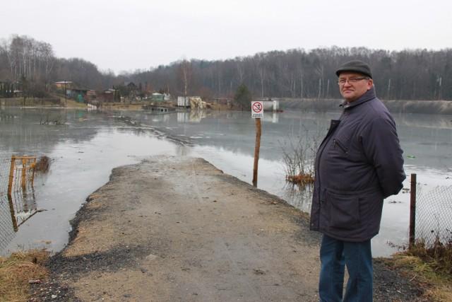 Adam Utrata nadal korzysta z zalanej drogi