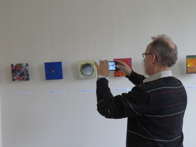 Oficjalnego otwarcia tej wystawy nie było. Można ją zwiedzać w Miejskim Centrum Kultury w godzinach otwarcia placówki (od poniedziałku do piątku  od 10 do 18). Warto zobaczyć, jakie efekty przynosi posługiwanie się  tylko trzema podstawowymi kolorami.