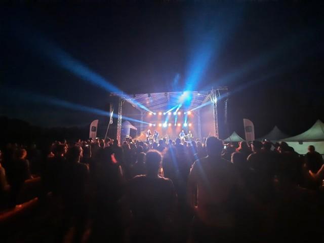 Niedzielne koncerty nad jeziorem w Kłodawie rozpoczynają się o 14.00.