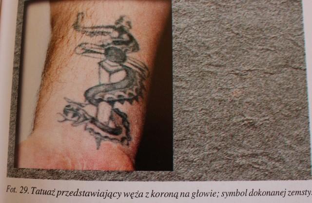 Tatuaż węża z koroną na głowie