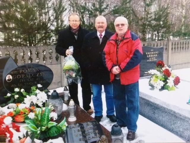 Spadochroniarze na grobie poległego kolegi pojawiają się tradycyjnie