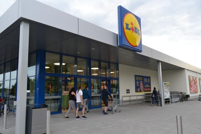 W czwartek 22 lipca otwarto nowy sklep Lidl w Dąbrowie Górniczej. Na otwarcie przybyły tłumy klientów. Czekało wiele promocji.   Zobacz kolejne zdjęcia. Przesuń zdjęcia w prawo - wciśnij strzałkę lub przycisk NASTĘPNE