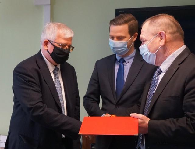 Dyrektor sanepidu Wojciech Heitzman (po lewej)  przechodzi na emeryturę