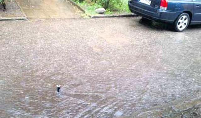 Po obfitym deszczu mieszkańcy bloku w Podjuchach mają problemy z ...