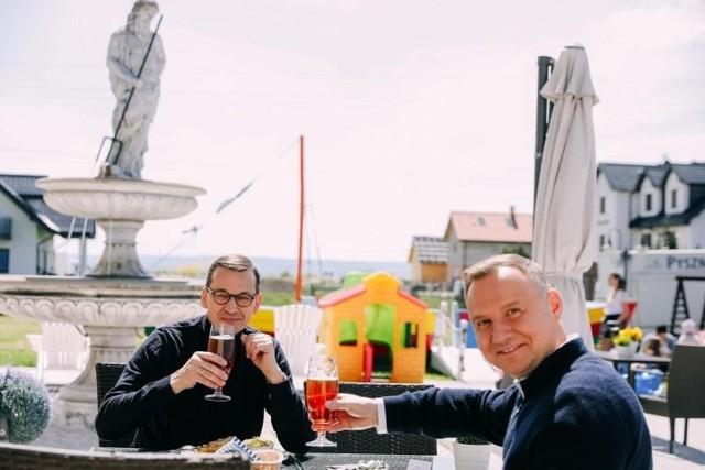 Premier i prezydent wznoszą toast w Krynicy Morskiej