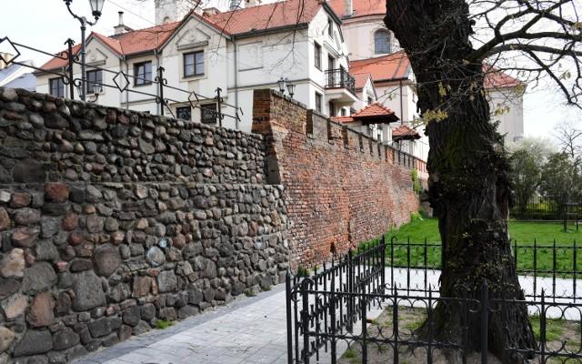 Miejskie mury obronne w Piotrkowie czeka remont. Wymienione będą też schody przy murach do ul. Łaziennej-Mokrej
