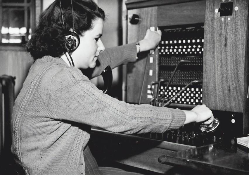 Na zdjęciu: panna Joan Howard podczas pracy w redakcji...