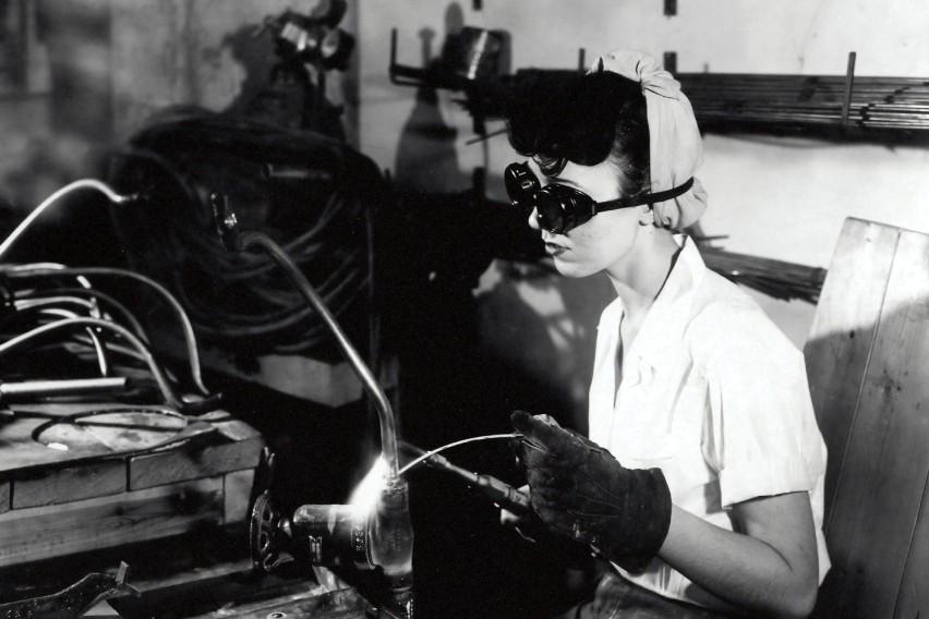Na zdjęciu: pracownica podczas spawania. Zdjęcie wykonano w...