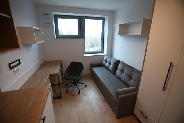 Mikroapartamenty (mieszkania na wynajem o metrażu zwykle poniżej 20 m kw.) bywają czasem uznawane za przykłady patodeweloperki. Tu uwagę zwracają nietypowe, słabo oświetlające wnętrze okna.