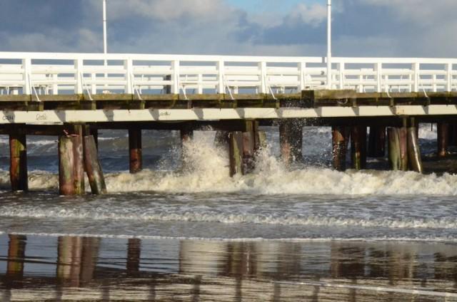 Noworoczny sztorm mocno nadwyrężył konstrukcję sopockiego mola. Silne fale uszkodziły głównie dolne pokłady. Przez parę dni wejście na molo było zamknięte.