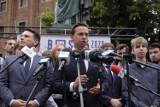 """Krzysztof Bosak zeznawał w sądzie w Toruniu! Sprawa """"faszysty"""" i uszkodzonego auta w kampanii"""