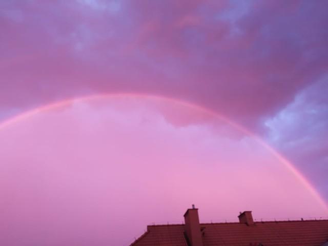 Różowe niebo nad Śląskiem: Jak powstało to niesamowite zjawisko?  Zobacz kolejne zdjęcia. Przesuwaj zdjęcia w prawo - naciśnij strzałkę lub przycisk NASTĘPNE