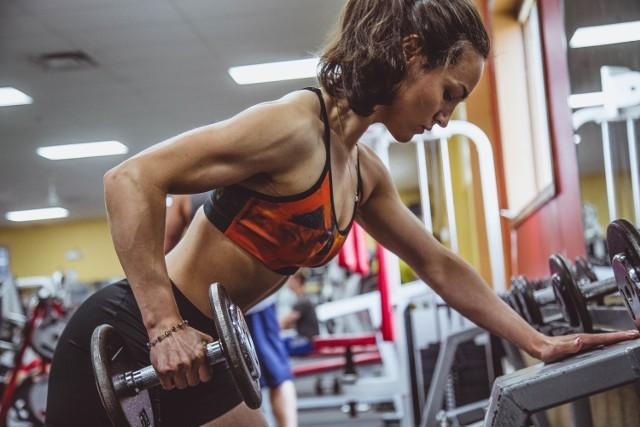 Czy można uczestniczyć regularnie w zawodach z podnoszenia ciężarów? Czy wolno chodzić na jogę? Wprowadzone przepisy są niejasne, więc branża fitness szuka sposobów, aby dostosować się do nowej sytuacji. Niektóre są bardzo kreatywne.