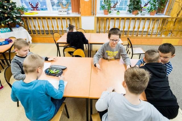 """Czy najmłodsze dzieci wrócą do szkół wcześniej? Taką możliwość przewiduje Ministerstwo Edukacji Narodowej. Takie rozwiązanie miałoby wesprzeć rodziców, którzy w związku z """"odmrażaniem gospodarki"""" wróciliby do pracy."""