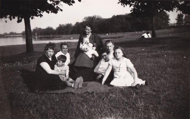 Galerię rozpoczyna zdjęcie z rodzinnego albumu pana Roberta Lipińskiego. - Moja najbliższa rodzina plus znajomi nad Odrą w 1958 roku - opisał zdjęcie. Co jeszcze kiedyś można było robić w wolnym czasie w Nowej Soli? Możliwości było mnóstwo, a co ważne, wtedy powstało dużo zdjęć, dzięki temu możemy dzisiaj zobaczyć, co robili nowosolanie, kiedy nie musieli pracować, ani uczyć się. Kliknij w zdjęcie i przejdź do galerii.>>>>>
