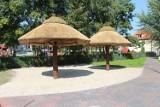 Inwestycje w Nowej Soli. W centrum miasta stanęły plażowe parasole! Jest też płukany piasek [ZOBACZ ZDJĘCIA]