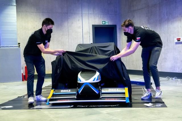 Studenci z Politechniki Poznańskiej zaprezentowali bolid napędzany elektrycznie PM07, który będzie brał udział w zawodach Formuły Student.