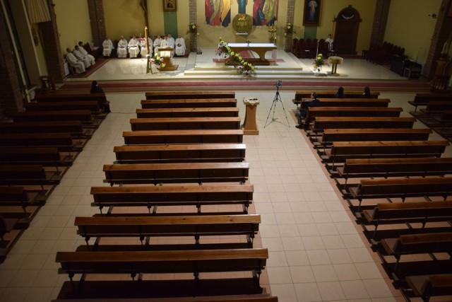 Tak wyglądał kościół Ducha Świętego w Szczecinku podczas ubiegłorocznej Wigilii Paschalnej, gdy obowiązywał limit 5 osób na świątynię
